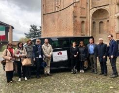 DTE-Wine-Castle-Tour-Amministratori-e-agenzie-davanti-al-minivan-1
