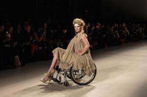 Modelli disabili sfilano in passerella alla New York Fashion Week